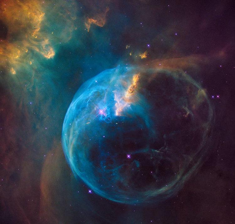 Снимка на Хъбъл на галактика, удивително наподобяваща сапунен мехур