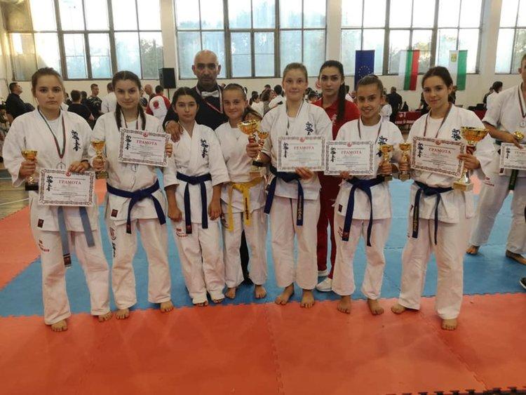Славена Медова от Смолян със злато от турнир по карате, медали и за 4 състезателки от Мадан и Рудозем