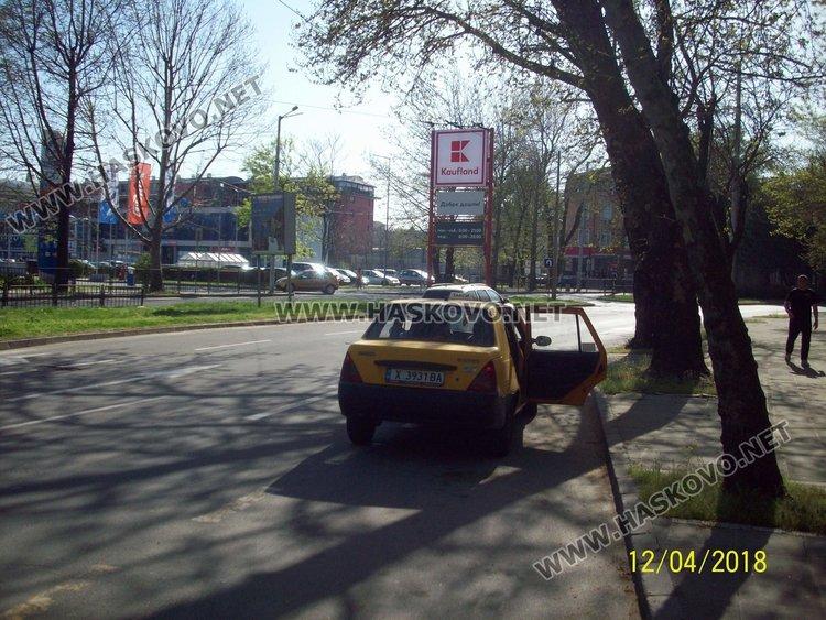 Автомобилът на Пламен Пенев качва пътници на спирката до болницата