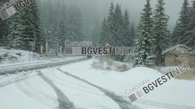 Нужни са още мерки за зимата: дублират се снегорини, камиони засядат в преспи