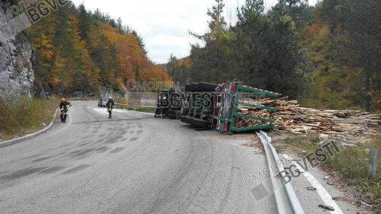 ТИР се преобърна на пътя преди Соколовци, шофьорът ранен, товарът разсипан