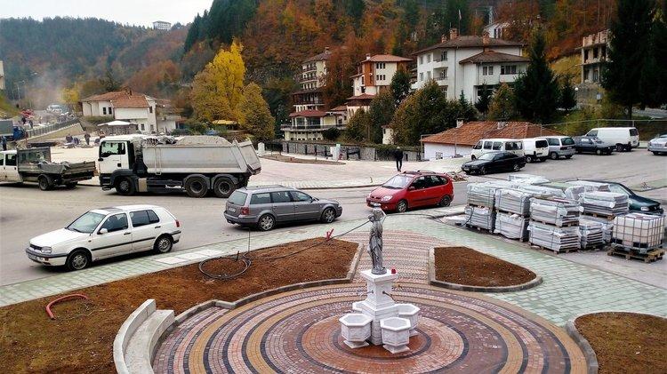 В центъра на площада е изградена голяма чешма, от която ще тече минерална вода