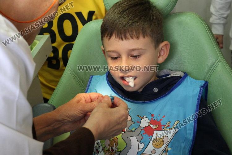 С групово посещение при зъболекар, малчугани получиха подаръци и напътствия за добра устна хигиена