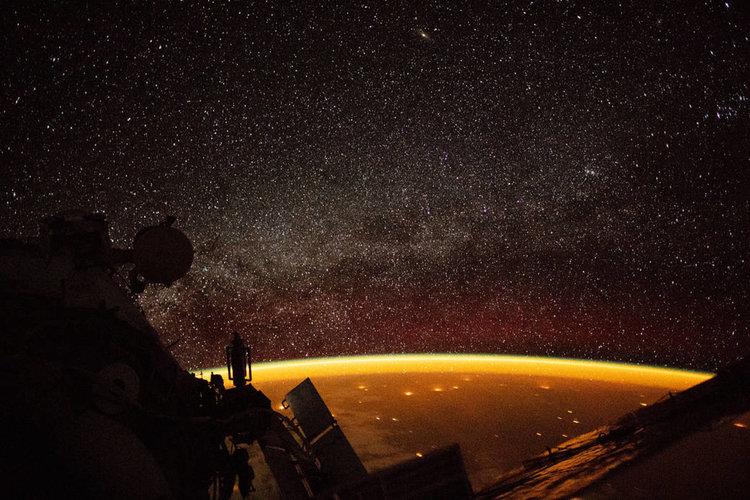Въздушното сияние на Земята в златисто (видео)