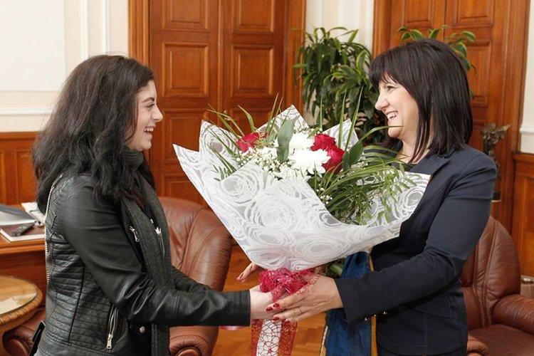 Цвета Караянчева представя свои инициативи пред ученици от Езиковата гимназия в парламента
