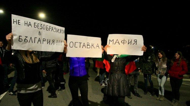 От другата страна: Полицаи свалиха каски в солидарност с протеста