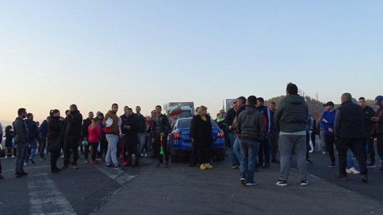 За поредна вечер протести блокират пътища заради цените на горивата
