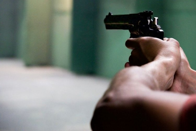 Мъж стреля с газов пистолет на протеста в Перник
