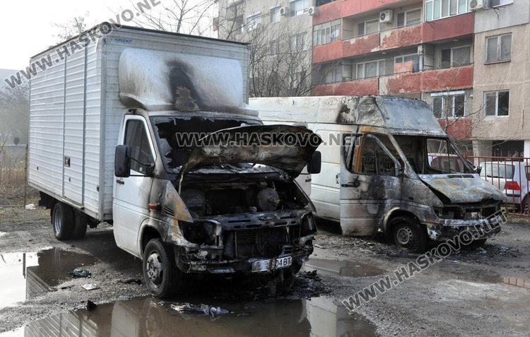 Маскиран опожари три микробуса, заснет е от видеокамера