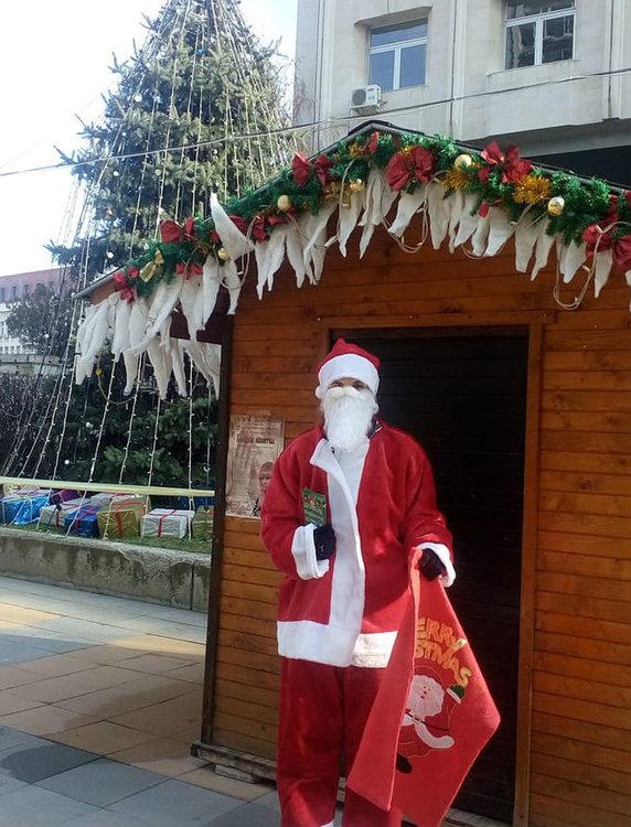 Дядо Коледа се настани в къщичка в центъра на Асеновград