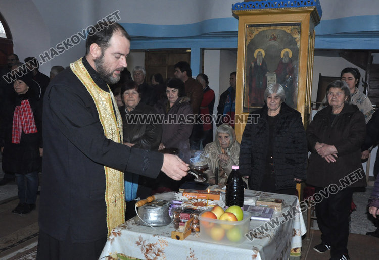 """Отец Никола служи в """"Свети Никола"""" на Никулден, освети рибарски такъми"""