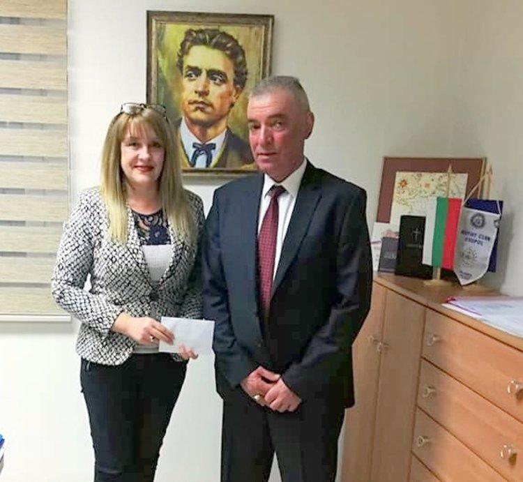 Кметът на Черноморец направи благотворителен жест към пострадалото от пожар семейство и дари 500лв. за възстановяването на изгорялата къща