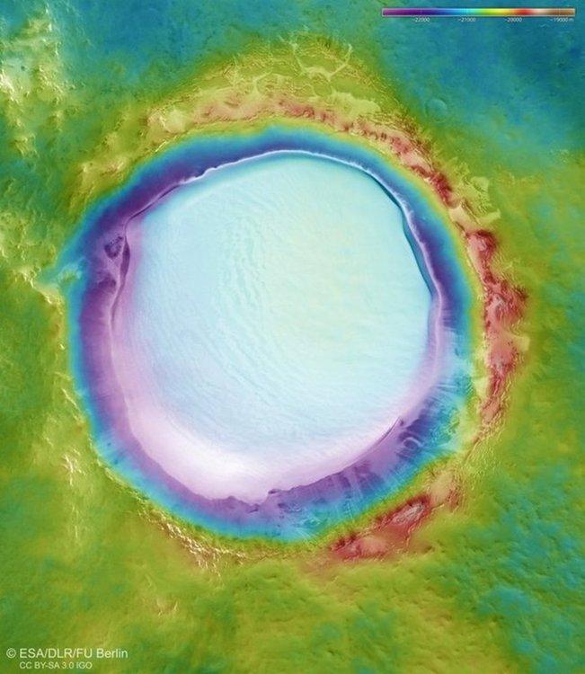 Поразителни снимки на марсиански кратер, пълен с лед