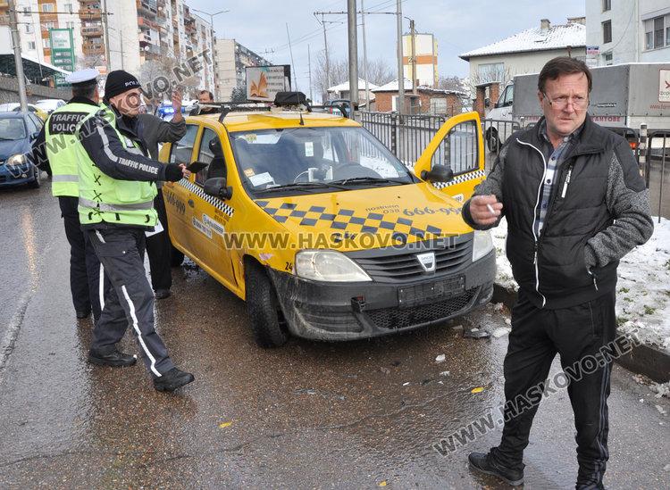Шофьорът на таксито (вдясно), водачът на джипа (с бялата коса)