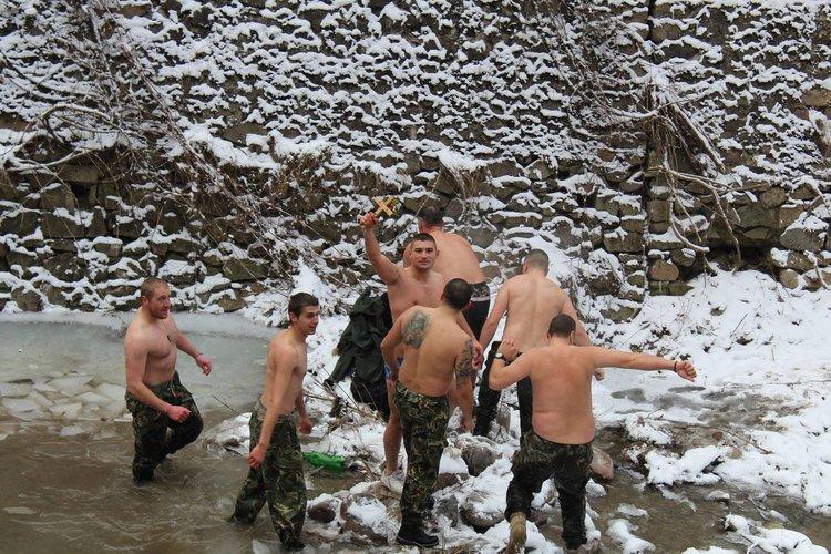 В ледените води нагазиха 8 смелчаци, а Разпятието извади от реката 23-годишният лейтенант Димитър Панайотов. Той е от Ямбол и служи в Смолян