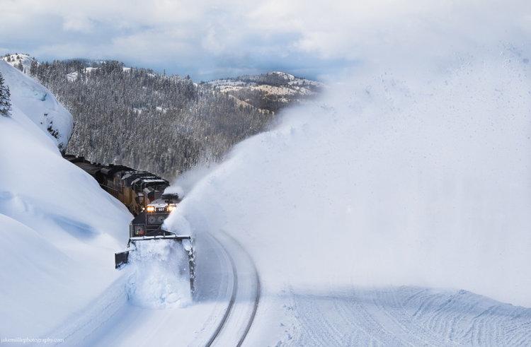 Как се маха 4 метра сняг от жп линията? 100-годишна машина чисти километри (видео)