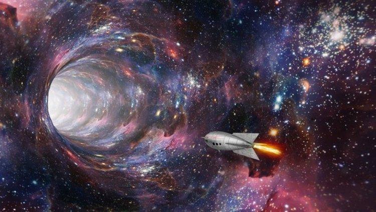 Въртящи се черни дупки правят пътуването из хиперпространството възможно