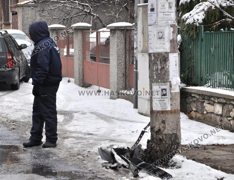 Шофьор потроши бетонен стълб и 3 паркирани коли в Хасково