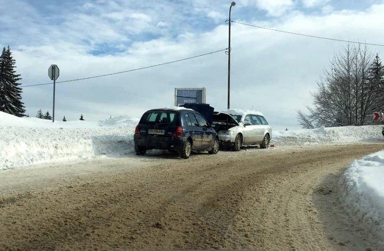Камион аварира край Пампорово, закъсали заради поледицата на Рожен