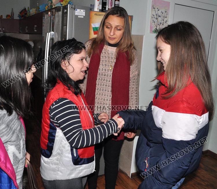 Цветелина се запознава с деца от дома
