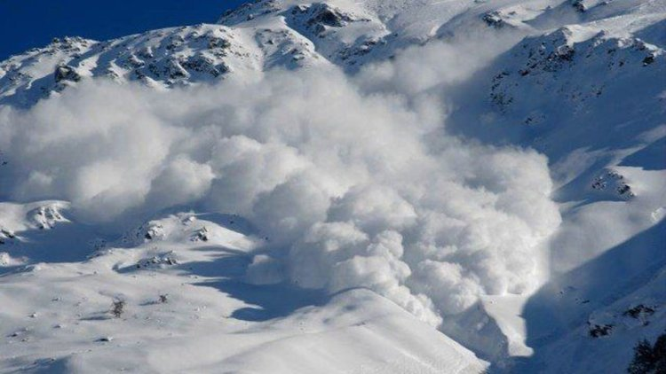 Лавина падна върху хотел в Алпите, има ранени туристи