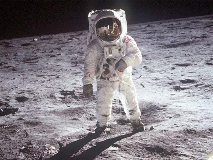 Стъпвал ли е човек на Луната? Астрономи от БАН разясняват в 38-о училище истина ли е или конспирация