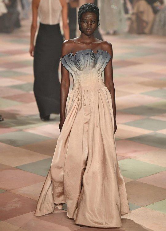 """""""Износена"""" колекция, вдъхновена от цирка: Dior в Париж"""