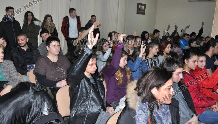 Учениците от Хасково дискутираха  какво би било, ако сме извън ЕС