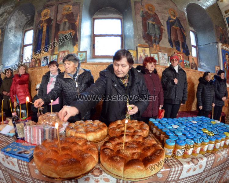 В  Черногорово осветиха меда на Св. Харалампий