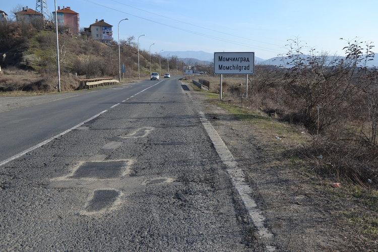 Община Момчилград поднови изкърпването на дупките
