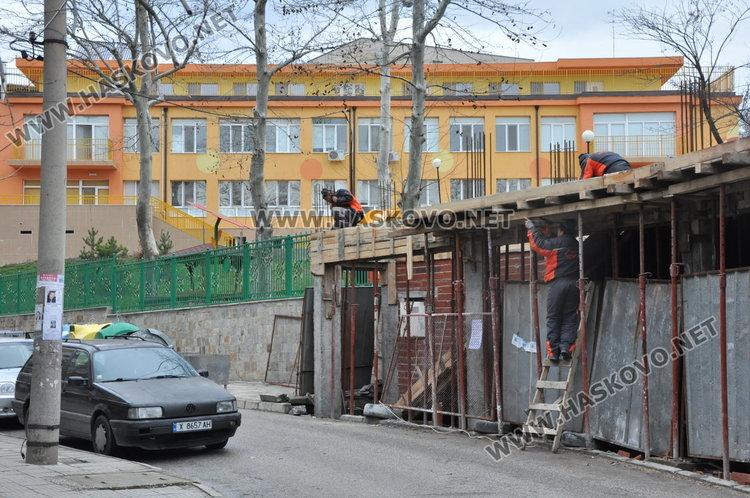 Строят магазини и офиси върху тротоар до детска градина в Хасково (обновена)