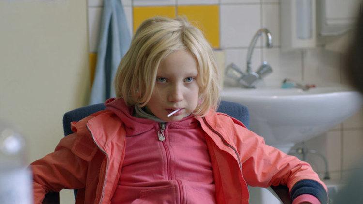 Кадър от System Crasher на младата германка Нора Фингшайдт, живяла дълги години в Аржентина
