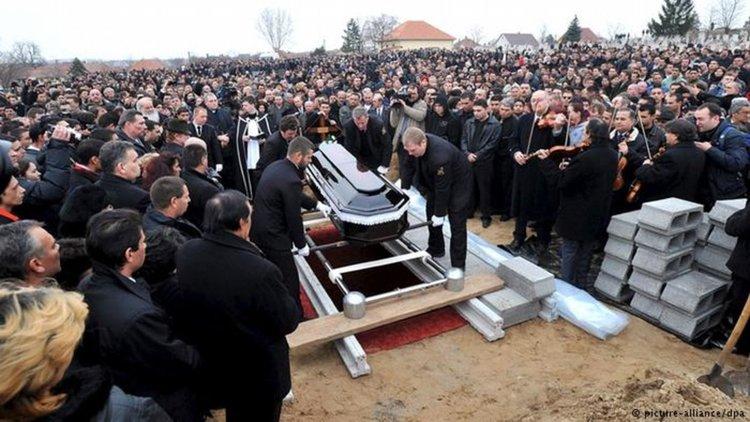 На погребението на Роберт Чорба - една от жертвите на серията убийства на роми