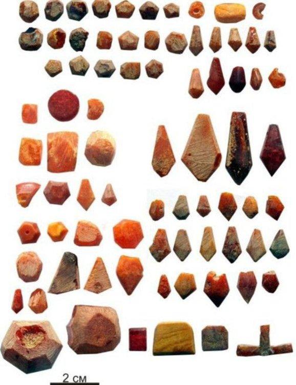 Изделия и заготовки от кехлибар, намерени в работилницата. Сн.: Институт археологии РАН