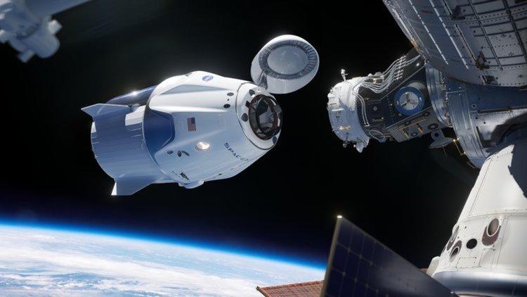 Корабът Dragon на SpaceX се скачи с МКС за първи път (видео)