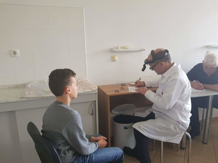 """Над 300 деца прегледаха специалисти от """"Пирогов """" в Смолян, много се оказали с изкривен гръбнак"""