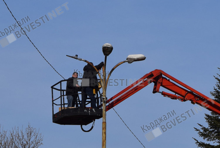 Продължава монтажа на нови лед лампи в центъра на Кърджали