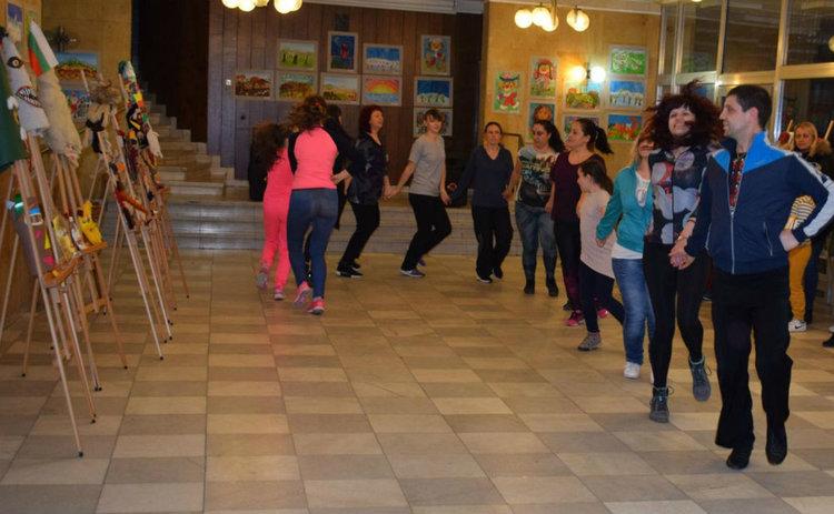"Клуб за танцово изкуство ""Везеница"" поздрави гостите със ситно шопско хоро. Снимка: ГБ ""Паисий Хилендарски""."