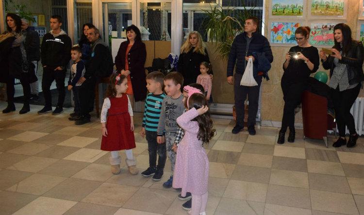 """Децата на родителите с нетърпение очакват да чуят дали детето им е сред отличените. Снимка: ГБ """"Паисий Хилендарски""""."""