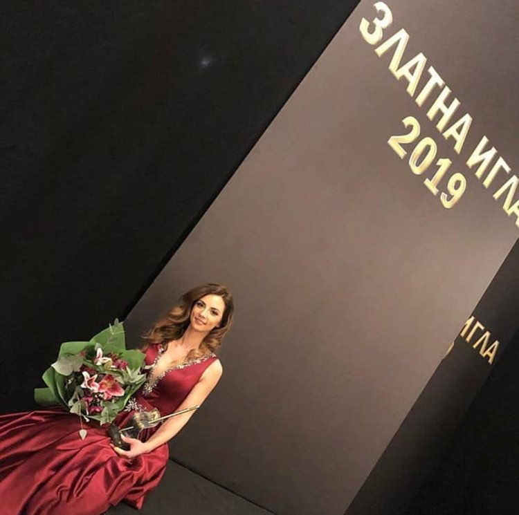 """Гордост за Смолян! Радослава Лазарова със """"Златна игла"""" за най-добър млад дизайнер!Тя посвети наградата на дъщеря си!"""