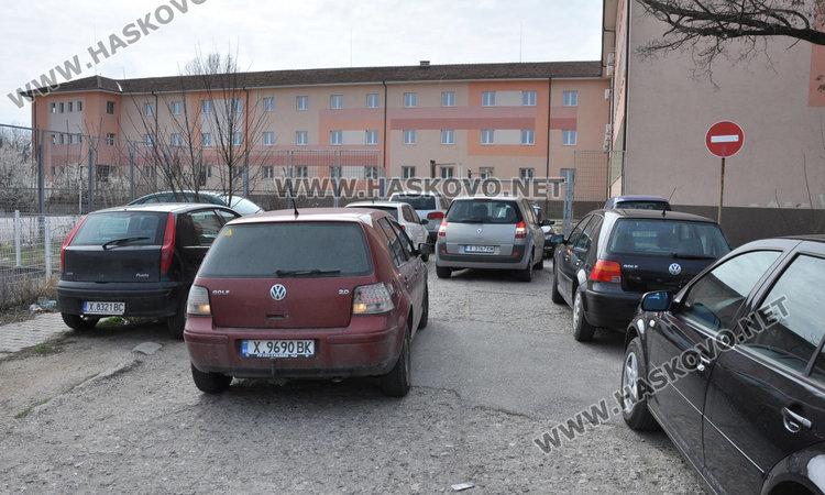 Паркиране по хасковски: Като няма къде, газим в тревата