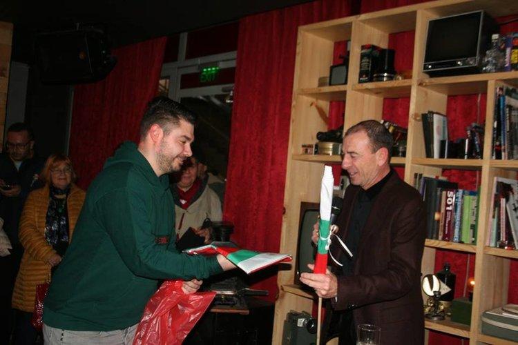 Димитър Маринов получи различни размери български знамена