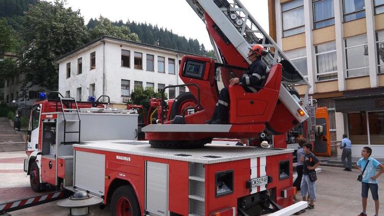 Пожар пламна в навес за дърва, огнеборците евакуираха човек