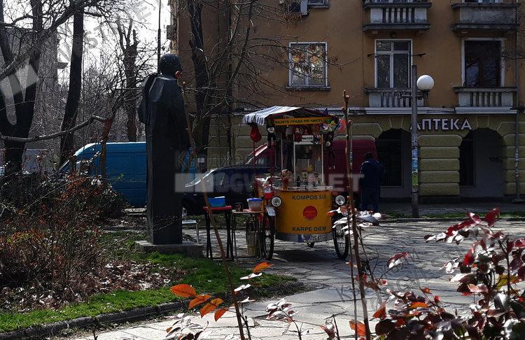 Кощунство в Кърджали! Превърнаха статуята на воеводата Димитър Маджаров в сергия!
