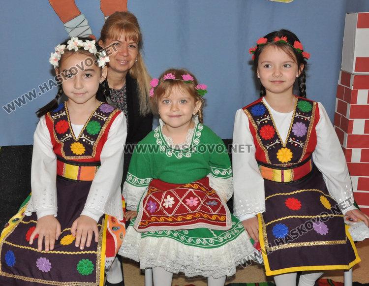 Отличените деца с учителката им Фани Койнарова-Вълчанова