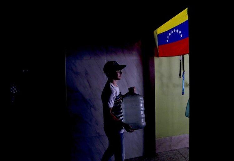 Във Венецуела всичко е затворено. Трети ден без ток, пуснаха работещите в почивка