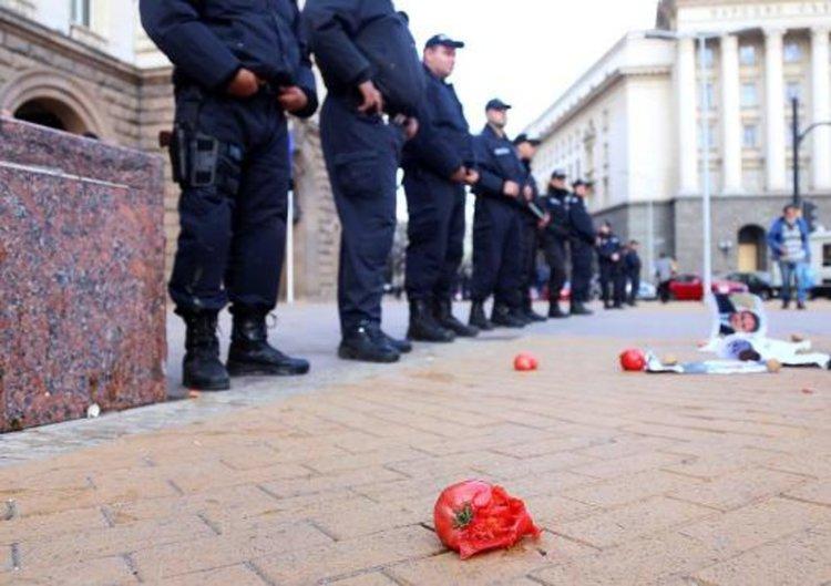 Протест пред Министерски съвет, полетяха яйца, домати и картофи