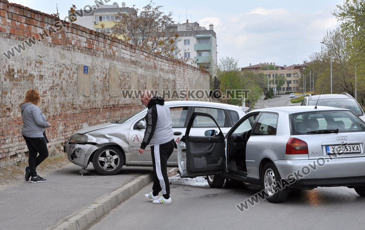 Ауди и Шевролет катастрофираха до бившата казарма в Хасково
