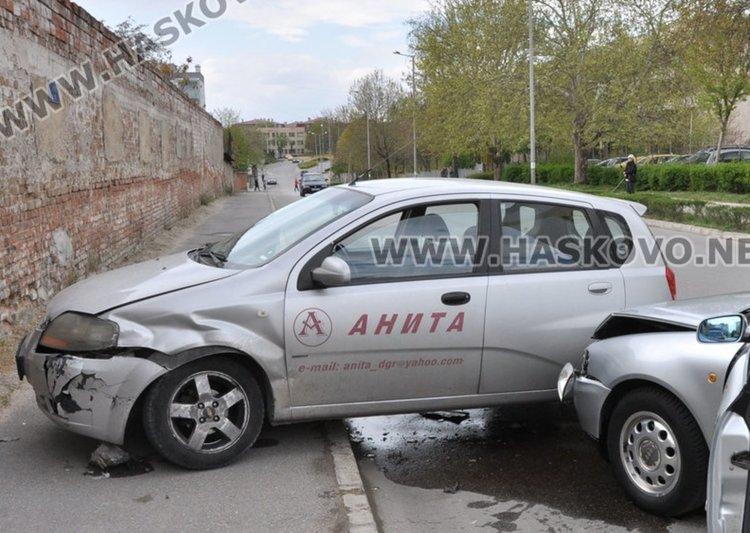 Служебен автомобил на димитровградска фирма и Ауди се сблъснаха в Хасково