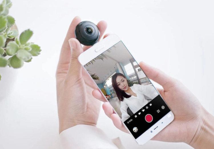 MADV Mini Panoramic Camera се поставя в USB порта на смартфона за снимки и стрийминг на живо